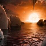 Sådan forestiller man sig, at der kunne se ud på overfladen af en af de syv jordlignende såkaldte Trappist-planeter i den potentielt beboelige zone om en kold og rød dværgstjerne.