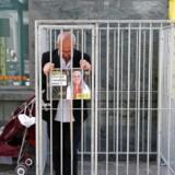 Amnesty International protesterer over fængslingen af organisationens direktør i Tyrkiet, Idil Eser. På billedet ses Amnesty Internationals belgiske direktør Philippe Hensmans foran den tyrkiske ambassade i Bruxelles.