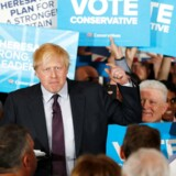 Boris Johnson fortsætter som udenrigsminister, ligesom David Davis bliver som minister for det såkaldte brexit.