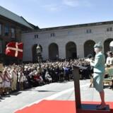 Dronningen holder tale foran Christiansborg i Rigsdagsgården i anledning af 100-året for kvindernes stemmeret, 5. juni 2015. Til venstre bag forsamlingen ses dele af de bygninger, Folketinget gerne vil overtage.