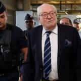 Front Nationals stifter, Jean-Marie Le Pen, ankommer til retsbygningen uden for Paris torsdag. Han havde sagsøgt partiet, efter hans datter, partileder Marine Le Pen, og den øvrige partiledelse ekskluderede ham sidste år. Reuters/Jacky Naegelen