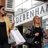 Kunderne vælger i stigende grad at gå forbi den britiske stormagasinkæde Debenhams butikker for i stedet at købe deres varer på nettet eller hos konkurrenter, der har sænket priserne. Nu er kreditforsikringsselskaberne blevet bekymrede. Foto: AFP PHOTO/Tolga Akmen