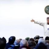 »Kultur- og kirkeminister Bertel Haarder er nu sat i spidsen for en styrket indsats mod radikaliserede imamer. Men hvordan står det egentlig til med muslimers tilslutning til de tre danske værdier? Og hvilken indflydelse har imamer på muslimers holdninger?«, skriver Lektor ved DPU Aarhus Universitet, Claus Haas. Her er det fredagsbøn ved Dansk Islamisk Center på Nørrebro. Det er den danske Imam Abdul Wahid Pedersen, der forestod fredagsbønnen.