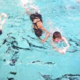 I Tingbjerg er flere hundrede piger med indvandrerbaggrund begyndt til svømning, efter Hovedstadens Svømmeklub har kønsopdelt svømmeundervisningen og afskærmet hallens vinduer.