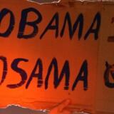 En mand holder et skilt på Ground Zero i New York, efter nyheden om, at Osama bin Laden er blevet dræbt.