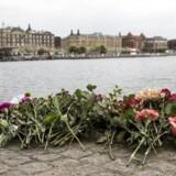 Blomster ved kajkanten nær Langebro i København, søndag den 7. maj 2017. En dødsulykke nær Langebro i København kostede to unge kvinder livet, da en eller flere jetski kolliderede med den udlejningsbåd, som de befandt sig i.