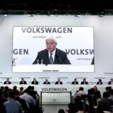 Den skandaleramte bilproducent Volkswagen vil udbetale over 468 mio. kr. i løn til 12 nuværende og tidligere chefer trods et år med rekordunderskud. AFP PHOTO / RONNY HARTMANN