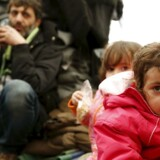 ARKIVFOTO. Migranter venter ved den makedonsk-græske grænse for at komme videre gennem Europa.