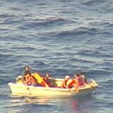 Der foregår en intensiv indsats for at søge efter overlevende fra sunket katamaran, efter at der blev fundet syv personer på en gummiflåde fra færgen. Men håbet om at finde flere overlevende er ved at svinde bort. Scanpix/Handout