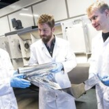 Lektor Morten Madsen (i midten) studerer nyprintede organiske solceller sammen med de to forskere Kirill Bordo (tv) og Jani Lamminaho (th) på Mads Clausen Instituttet, Syddansk Universitet på Als.