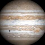 Efter næsten fem års rejse gennem verdensrummet når et rumfartøj med danske stjernekameraer tirsdag frem til solsystemets største planet, Jupiter.