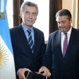 Her ses argentinas præsident Mauricio Macri, Tysklands finansminister Sigmar Gabriel og Siemens CEO Joe Kaeser i Buenos Aires, Argentina.