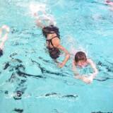 Arkivfoto: I Tingbjerg er flere hundrede piger med indvandrerbaggrund begyndt til svømning, efter Hovedstadens Svømmeklub har kønsopdelt svømmeundervisningen og afskærmet hallens vinduer.