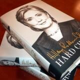 »Med denne højt profileret bog forsøger Hillary Clinton at definere sig selv som en udenrigspolitisk pragmatiker, der er villig til at udstikke en anden kurs end præsident Barack Obama,« skriver Reuters.