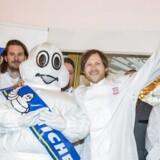 I de seneste ti år har Michelin drømt om at udvide sin prestigefulde restaurant-guide med besøg uden for de store byer, men ifølge redaktøren af Michelins nordiske guide kniber det med opsnusningen af spændende restauranter i provinsen. På billedet af det den populære Rasmus Kofoed (fra storbyen), som onsdag kunne kramme Michelin-manden, mens han fejrede titlen som Danmarks første trestjernede kok.