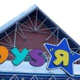 Både legetøjsproducenten Toys R Us og elektronikspecialisten Maplin er kollapset på samme dag. Hvis det ikke lykkes de to selskaber at finde købere, står i alt 5500 britiske job til at blive sløjfet.