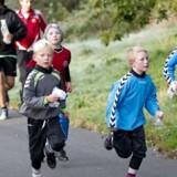Mange elever elsker det traditionelle løb på skolernes motionsdag, andre er mindre begejstrede. Her arkivfoto af løbere fra Rolf Krake Skolen i Holstebro i 2010.