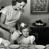 Opskænkning af varm chokolade blev et problem efter 1942, da lagrene af de rationerede kakaobønner og -pulver var tømt. Man måtte vente helt til 1952, før børne fødselsdage igen kunne beriges med varm chokolade. Foto: Toms Arkiv