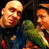 Det er vigtigt at få flere kvinderoller i dansk teater, erkender Folkleteatrets direktør, Kasper Wilton og spørger: »Kan man forestille sig »Skatteøen« med udelukkende kvindelige pirater? Her er det Thomas Eje som John Silver og Philip Urup Faber som Jim Hawkins i 1996.