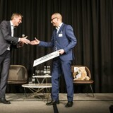 Morten Bach Jensen (th), Group Vice President, Group Marketing & Sales Development hos Grundfos kåres som Årets CMO 2018.