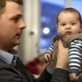 En ny undersøgelse viser, at 82 % af alle kvinder gerne ser at mænd tager mere barsel - og at 70% af mændene også meget gerne vil tage mere barsel. Til april skal far Malte Kjems på barsel med Ulrik, der nu er 3 måneder gammel.