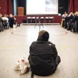 I Kalundborg frygter flere, at et nyt asylcenter vil føre til mere af den kriminalitet, som allerede foregår blandt andet i boligblokkene Kloster Parkvej. Eller Kloster Perkervej, som den kaldes blandt nogle af de lokale. Tirsdag aften mødtes 1.000 borgere til et stormøde om flygtningesituationen. Foto: Ólafur Steinar Gestsson