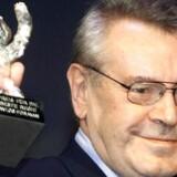 Den Oscar-vindende instruktør Milos Forman holder sin nyvundne Silver Bear op til Berlin Film Festival den 20. februar 2000.