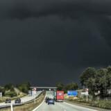 Efteråret har hidtil været mildt, og det kommer Topdanmark til gode, der mandag morgen har opjusteret forventningerne til indtjeningen for 2017.