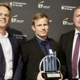 Lagkagehuset, repræsenteret ved Anders Skov, økonomichef i Lagkagehuset (i midten) samt Niels Henrik Rasmussen, medlem af den regionale jury for EY Entrepreneur Of The Year (tv) og Mads Pindstrup, markedsdirektør i Jyske Bank (th).