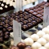 """De nye kreative tiltag af de store internationale chokoladeproducenter, som flere aviser har givet tilnavnet """"shrinkflation"""", kan tilskrives kraftigt stigende råvarepriser. Især prisen på den vigtige ingrediens kakaosmør er på himmelflugt, hvilket har presset profitmarginen hos chokoladegiganterne fra Mondelez og Cadbury."""