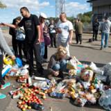 Flygtninge ankommer til Rødby Færge. Frivillige kan ikke komme af med det indsamlede mad og tæpper.