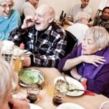 ARKIVFOTO. Vi bliver ældre på den gode måde. Pensionister spiser sammen i det lokale kvartershus i Sydhavnen i København 2011.