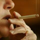 Næsten halvdelen af de sosu'er, som arbejder på landets plejehjem og plejecentre, hjælper de ældre med at tænde, slukke eller holde cigaretten. Free/Www.colourbox.com
