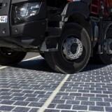 Det er solceller som disse, som vi måske fremadrettet kan se på veje verden over. Lige nu bliver en vej i Frankrig belagt med solceller.