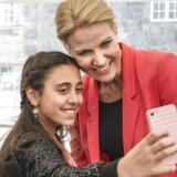 ARKIVFOTO. Langt de fleste indvandrere føler sig danske. Her er det et billede fra statsborgerskabsdag i Folketinget, hvor alle nye statsborgere bliver budt velkommen af Folketingets medlemmer. Statsminister Helle Thorning-Smith får taget en selfie.