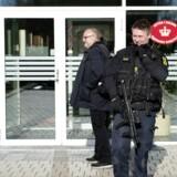En 17-årig pige er anklaget for at ville sprænge bomber på to sjællandske skoler. Hun nægter sig skyldig.