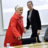 Annette Vilhelmsen sætter sig til bordet sammen med landsledelsen til krisemøde ovenpå kommunalvalget og ny indgået finanslovsaftale med Venstre og de Konservative torsdag d.28.november 2013. Her er det Trine Torp. (Foto: Keld Navntoft/Scanpix 2013)