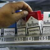 Mindre voldsomme valutaudsving og et mindre end ventet fald i tobaksforbruget får den amerikanske tobaksgigant Philip Morris til at løfte forventningerne til indtjeningen for hele året i forbindelse med selskabets regnskab for første kvartal.