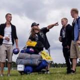 På festivalpladsen er frivillige ved at lægge sidste hånd på forberedelserne, mens flere og flere ventende festivaldeltagere sætter sig i kø. Følg vores dækning af Roskilde Festival 2013 på www.b.dk/roskilde