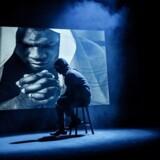 Paw Henriksen i Teater Grobs forestilling »Mig og Tyson«, hvor der indgår både video og hiphopmusik, og hvor publikum sidder med ved ringside som ved en rigtig boksekamp.