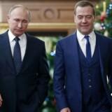 Ruslands præsident, Vladimir Putin, i juleselskab med den nuværende premierminister og tidligere præsident, Dmitrij Medvedev.