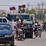 Russiske militærkøretøjer på vej ind i den syriske by Bosra.