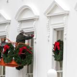 Efter festen. En medarbejder fra US Park Service i færd med at fjerne julepynten fra Det Hvide Hus' facade. USA er nu to uger inde i en delvis lukning af statsapparatet, og der er ingen tegn på et kompromis lige om hjørnet.