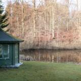 Den store attraktion ved huset er søen og Rude Skov for enden af haven. Den gamle pavillon er Susanne Hermanns næste projekt. Hun vil male den hvid indvendig og lave et kontor.