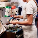 En stribe initiativer er på vej for at skaffe flere medarbejdere til det hårdt pressede sundhedsvæsen, bl.a. øget optag på sygeplejerskeudannelsen.