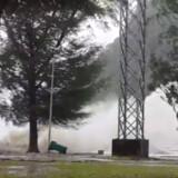 En bølge brager ind mod kysten, og regnen vælter ned, på dette billede fra Koh Samui fredag. Stormen ventes at toppe klokken tre om eftermiddagen lokal tid, fortæller dansk turist fra øen. Det svarer til klokken ni dansk morgen. Social Media/Reuters