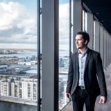 Jacob Eiskjær Olesen, adm. direktør i NRE, bevæger sig hjemmevandt rundt oppe på 17. etage i The Silo i Nordhavn. Her finder man Restaurant Silo med byens måske bedste udsigt.