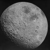 Månens bagside fotograferet af Apollo 16 i april 1972. Bagsiden er ældre, væsentligt lysere, mere kuperet og arret end forsiden.