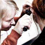 Manglen på praktiserende læger er en udfordring for sammenhængen i sundhedsvæsenet. Men problemet kan løses med flere sygeplejersker, stop for ansættelse af speciallæger i almen medicin på sygehuse og uddannelse af flere speciallæger i almen medicin. Arkivfoto: Morten Germund/Ritzau Scanpix