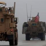 På fotografiet fra 30. december 2018 ses amerikanske militærkøretøjer nær den syriske by Manbij.